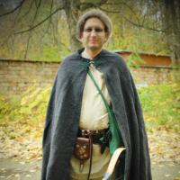 Bogenschütze in mittelalterlicher Gewandung mit Kompositbogen